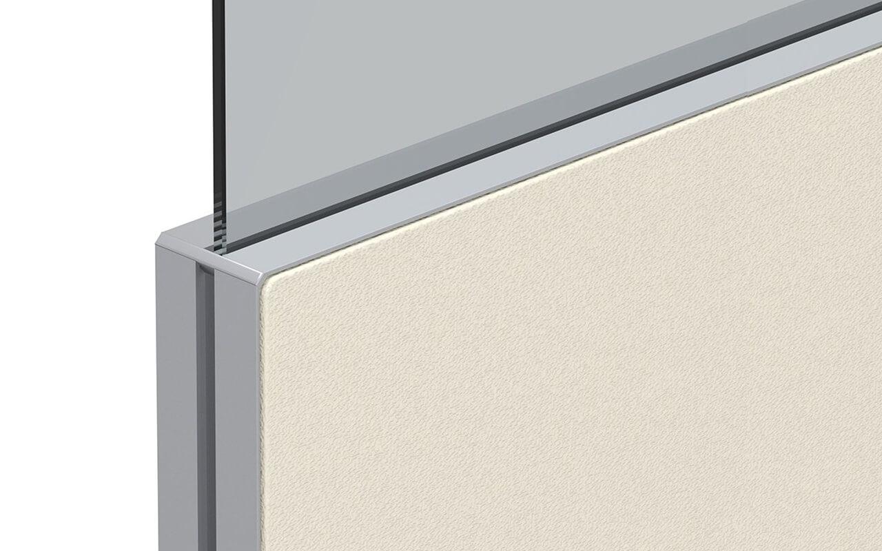 Trennwand basic in gelb mit Softecke und Acryltopper Lucia - Nahaufnahme der Oberkante der Trennwand und mit Acryltopper