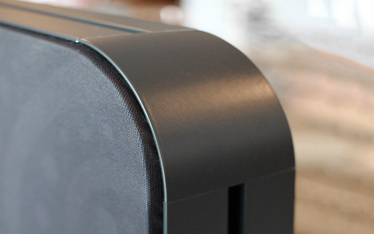 Trennwand Round 2 mit Acryltopper Lucia und Seitenflansch in anthrazit - Nahansicht der Oberkante der Trennwand und einem Teil des Acryltoppers - Foto