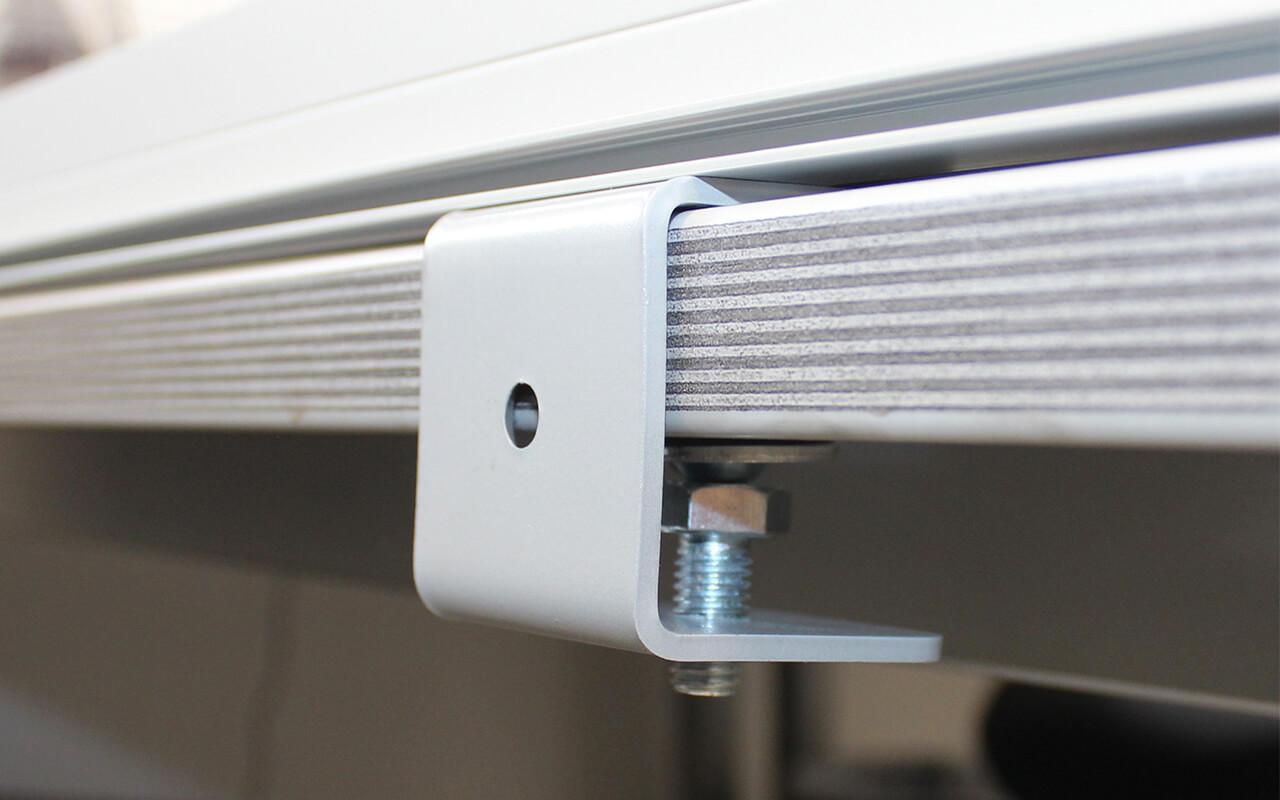 Schreibtischtopper light Befestigungsteil in der Nahaufnahme