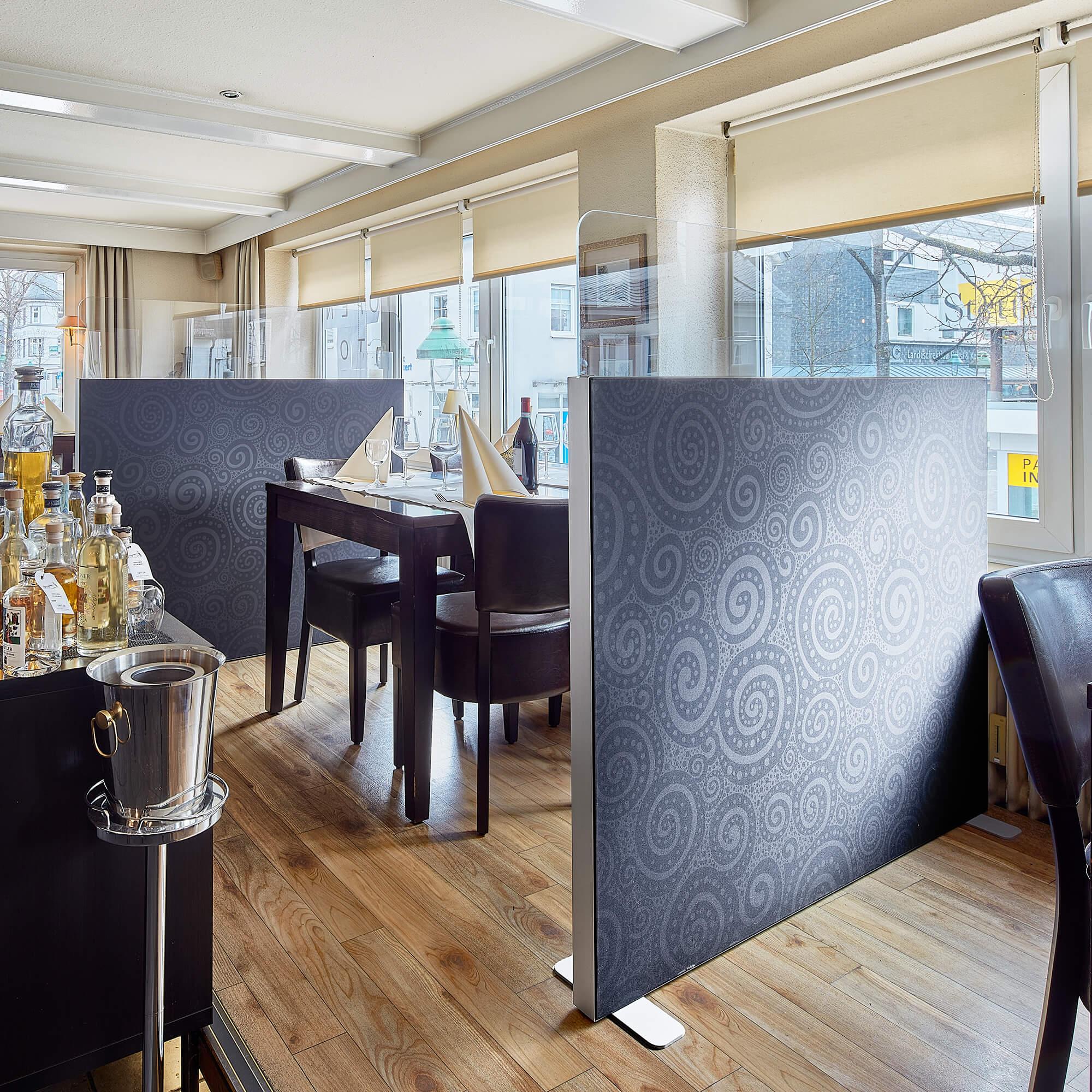 Trennwand basic mit Softecke und Acryltopper Lucia - Foto der Trennwand in einem Restaurant
