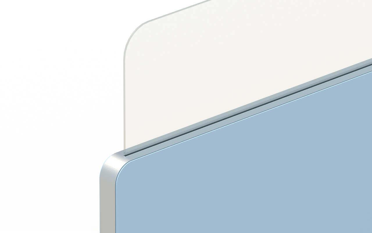 Trennwand Round 2 mit Acryltopper Lucia und Seitenflansch in aluminium - Nahansicht der Oberkante der Trennwand und einem Teil des Acryltoppers